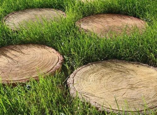 Фото: декорирование септика частями древесины