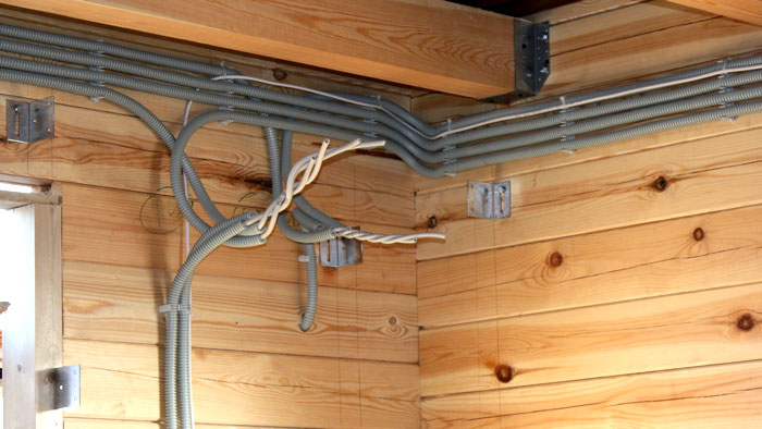 Проводка электричества в доме видео деревянном
