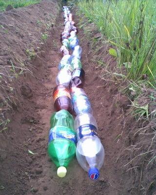Фото: Дренаж из пластиковых бутылок