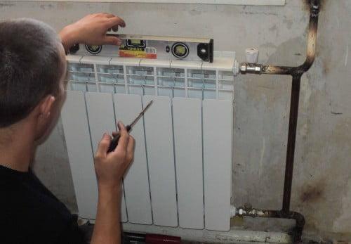 Фото: Обязательно выравниваем радиатор по вертикали