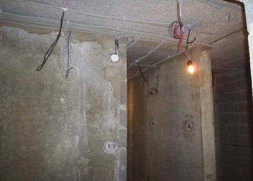 Фото: потолочная прокладка электричества