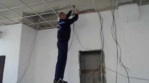 Фото: прокладка электропроводки в подвесных потолках