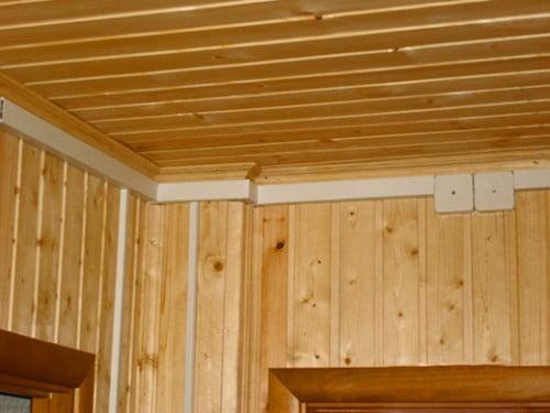 Фото: открытая проводка в деревянном доме