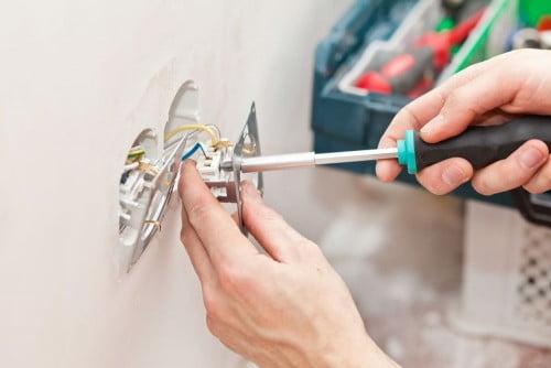 Фото: монтаж выключателей в стену