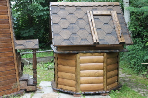 Фото: древесный колодец с красивой крышей