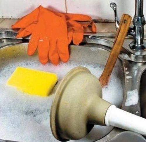 Прочистить засор в трубе в домашних условиях
