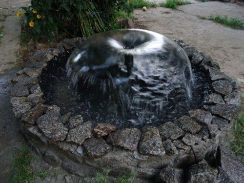 Фото: Яркий пример фонтана, выполненного своими руками