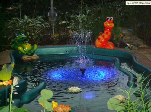 Фото: Великолепие яркой подсветки фонтана, выполненного своими руками