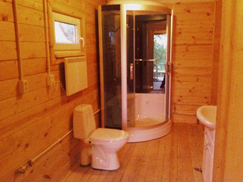 Фото: в деревянном доме, вы запросто можете установить покупную душевую кабину из акрила или поликарбоната, это снизить временные затраты