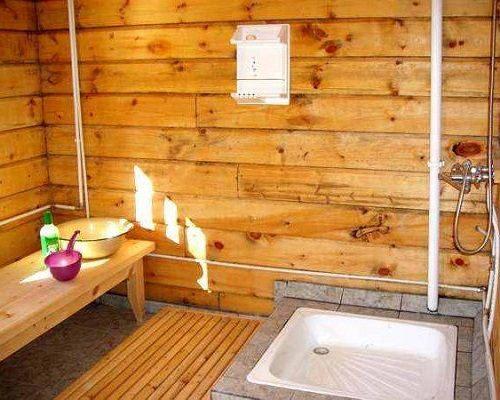 Фото: душ в деревянном доме изготавливается собственноручно, но предусматриваются все моменты по гидроизоляции